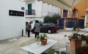 Piden bolardos en una calle del puerto de Xàbia para evitar caídas de los coches