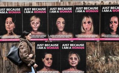 Un artista «golpea» a Merkel, Michelle Obama y Hillary Clinton en contra de la violencia de género