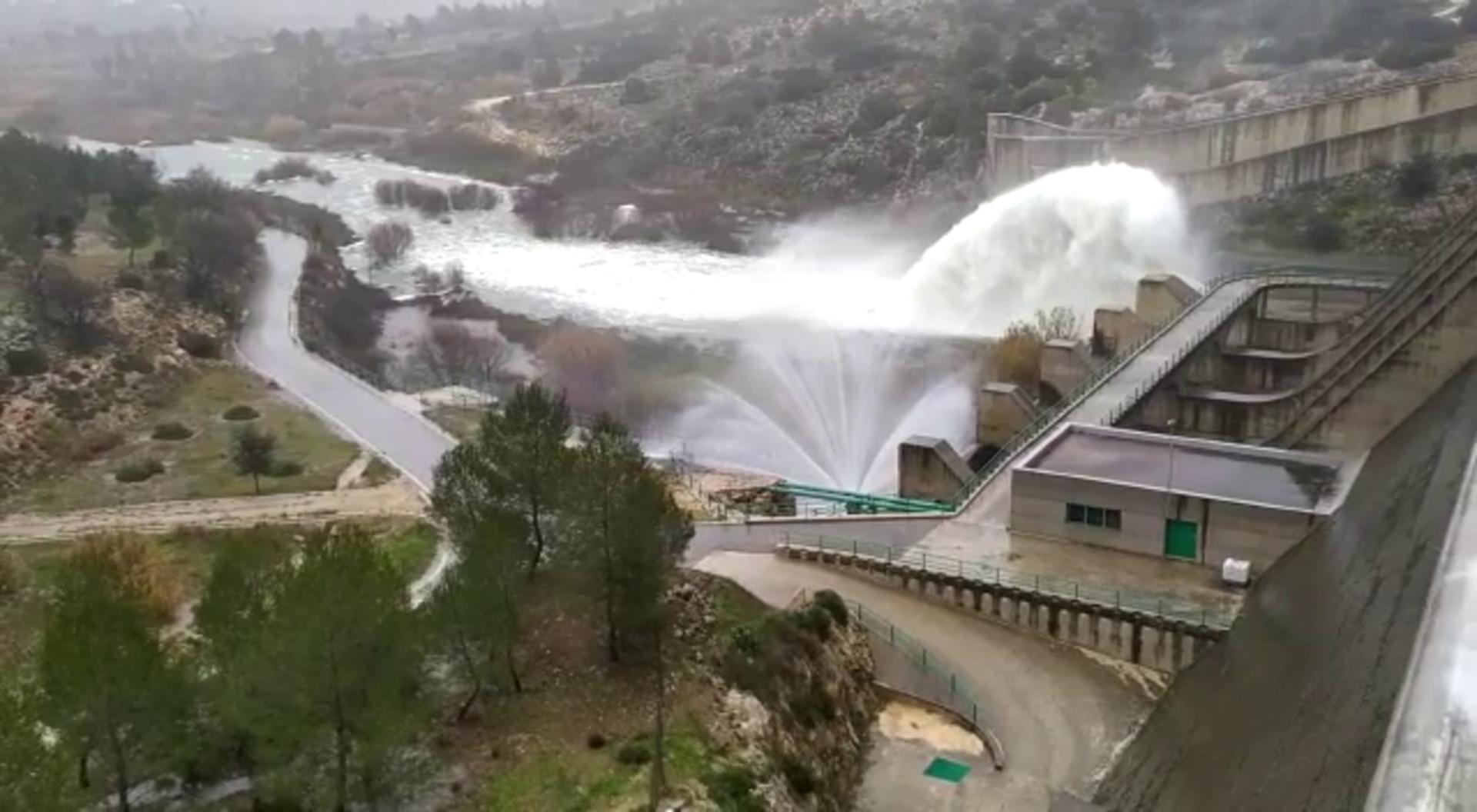 La presa de Bellús ya no puede contener más agua