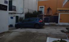 Otro vehículo vuelve a 'encallar' en los escalones de la calle Isaac Peral de Xàbia