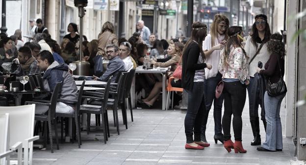 Terrazas a repletas en el centro de Alicante un sábado por la tarde. /ÁLEX DOMÍNGUEZ