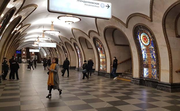 Varias personas recorren una estación de metro en Moscú