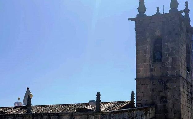 La iglesia con radio pirata y cura en el tejado para el Corpus