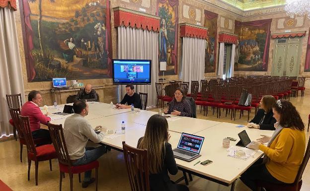 Una diputada del PSPV ve HBO durante una reunión del coronavirus en la Diputación de Castellón
