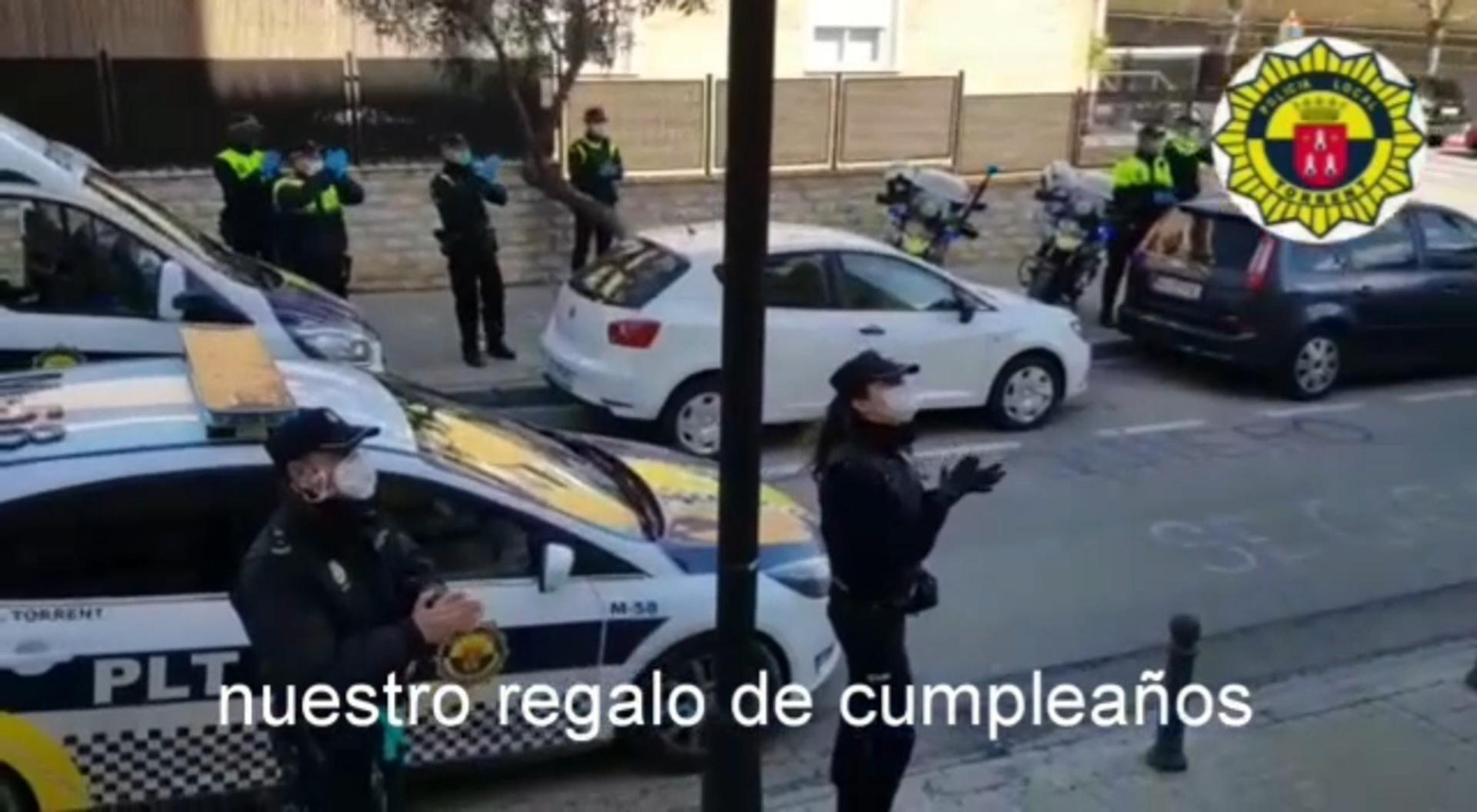 La policía de Torrent  felicita a una niña en su segundo cumpleaños