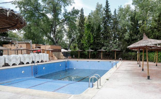 Una piscina cerrada. /Óscar J.Barroso