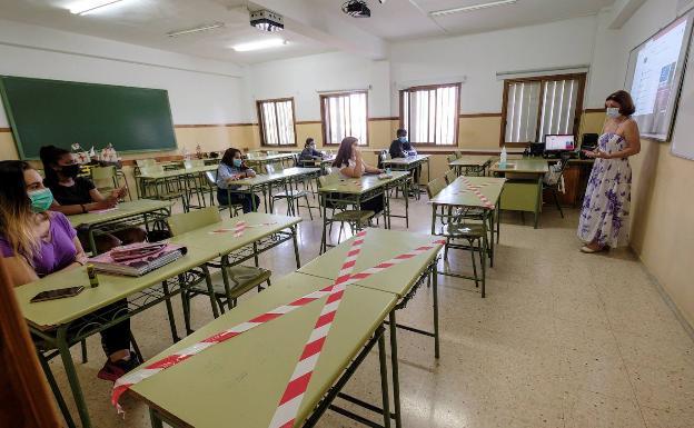 Alumnos en clase con mascarilla y guardando distancias. /EFE