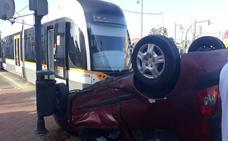 Una mujer, herida leve al chocar con el tranvía en Valencia