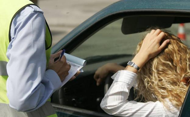 Advertencia de la DGT: hasta 500 euros de multa si te faltan estos elementos obligatorios en el coche