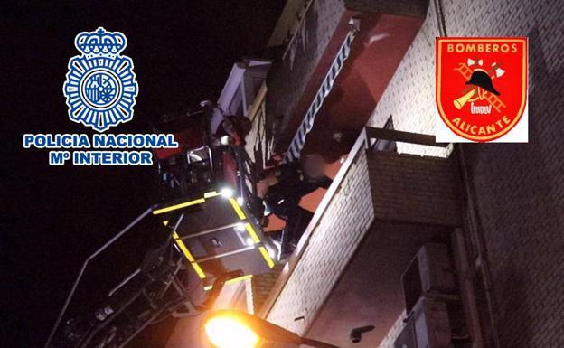 Agentes actuando en la terraza de la vivienda.
