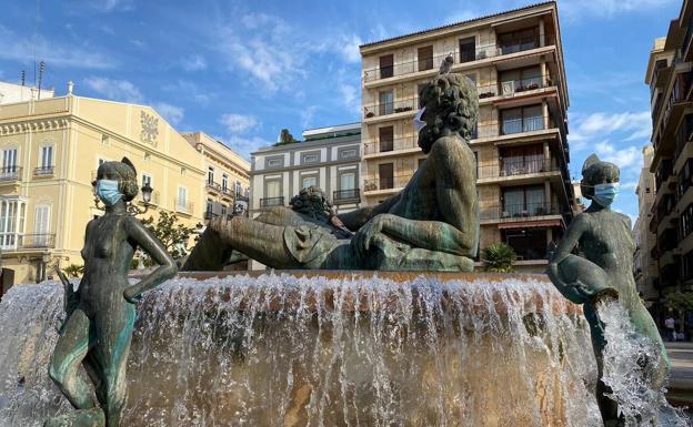 Colocan mascarillas en esculturas de Valencia