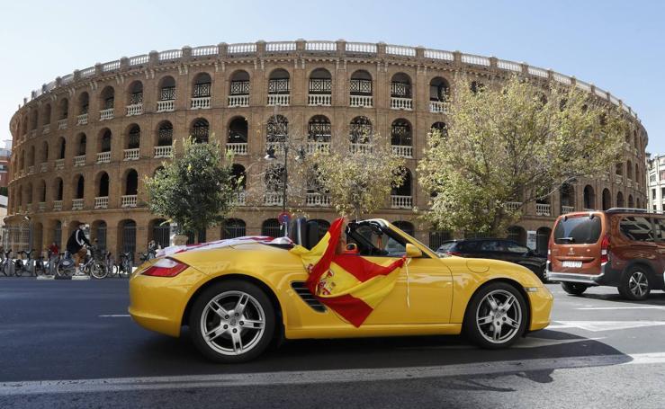 Decenas de coches recorren Valencia con banderas españolas