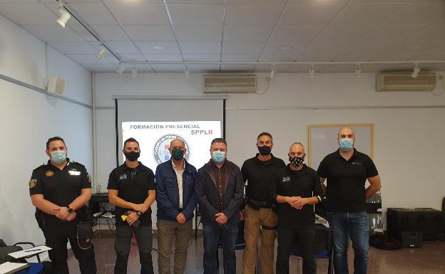 Los agentes participantes en el curso, con las autoridades locales. /LP