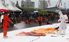 Hallan restos humanos tras el accidente de un Boeing 737 en Indonesia con 62 personas a bordo