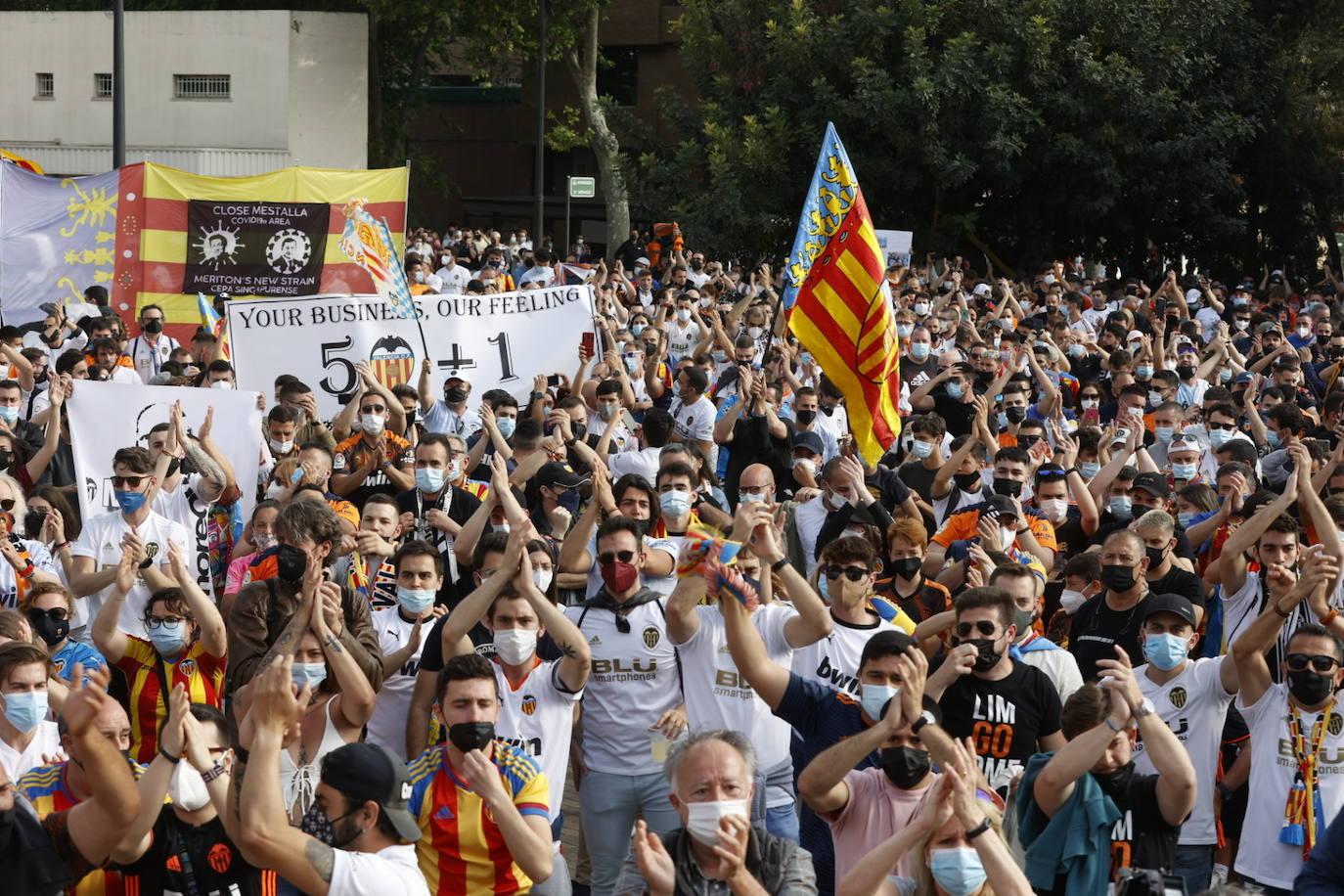 Arranca la manifestación de la afición del Valencia CF contra Murthy y Lim