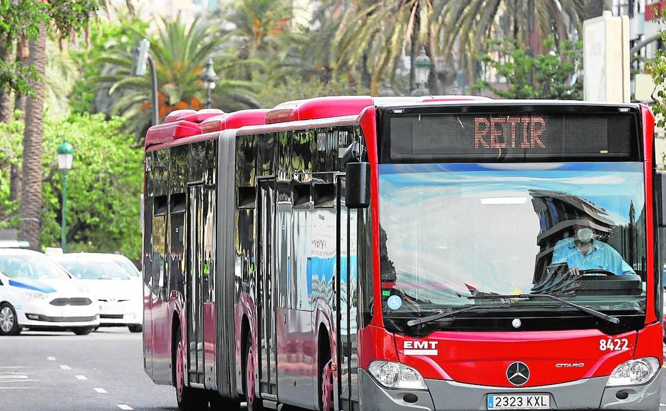 El choque entre un autobús y un coche causa 16 heridos en Valencia