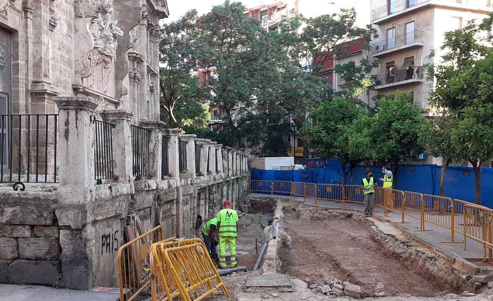La excavación despeja el entorno de las 'covetes' de los Santos Juanes