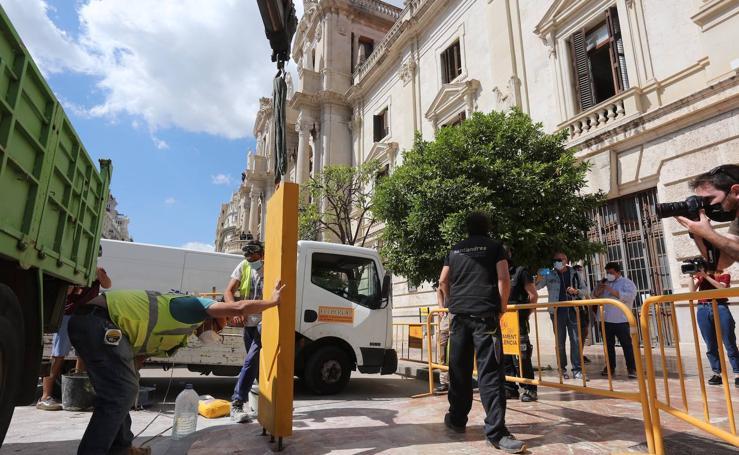 El monolito por el 15-M ya está instalado en la plaza del Ayuntamiento de Valencia
