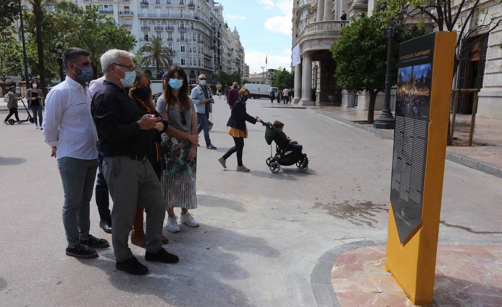 El Ayuntamiento coloca el monolito del 15-M y otros movimientos sociales minutos antes de su inauguración