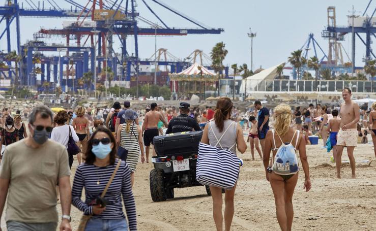 Los turistas llenan las terrazas y las playas de Valencia