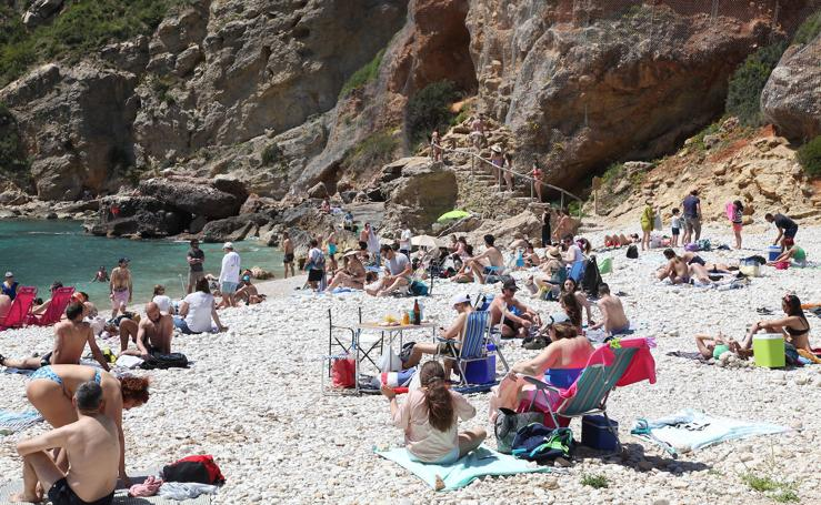 Lleno total en las playas de La Granadella y El Arenal, en Xàbia