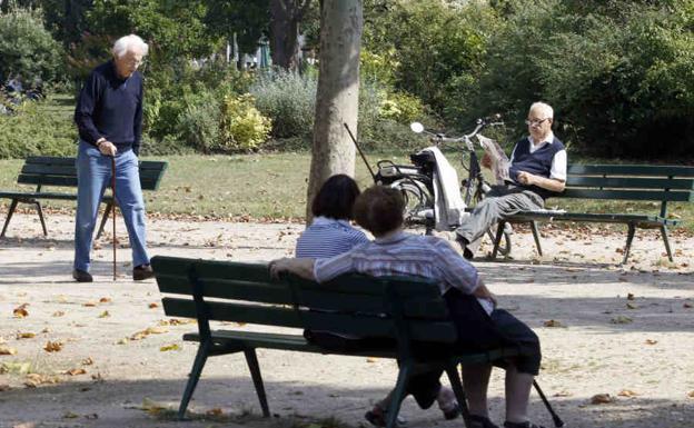Jubilados, en un parque./REUTERS / Charles Platiau