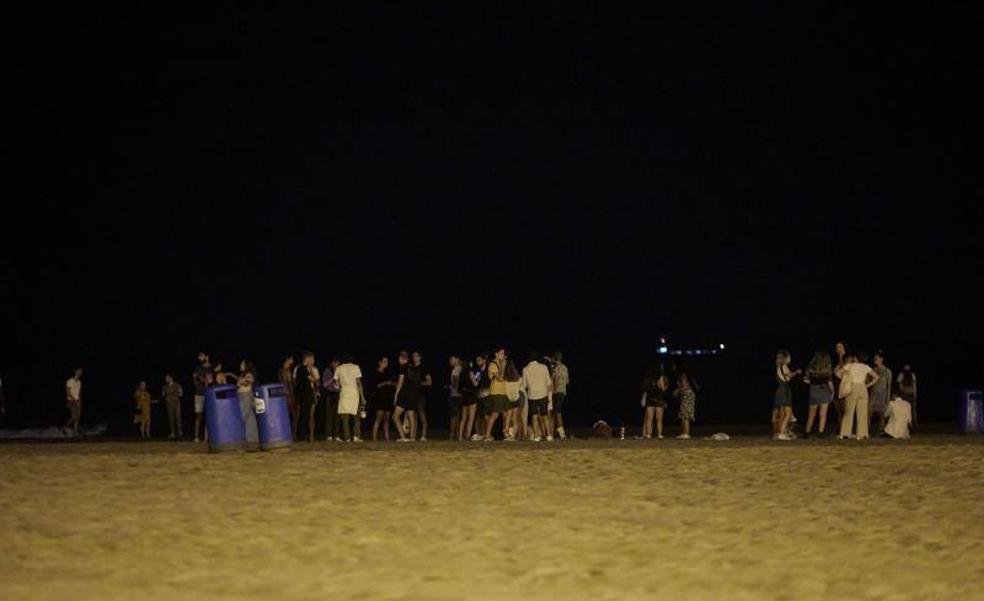 La Policía Local de Valencia desaloja un botellón con más de 60 personas en la playa del Cabanyal