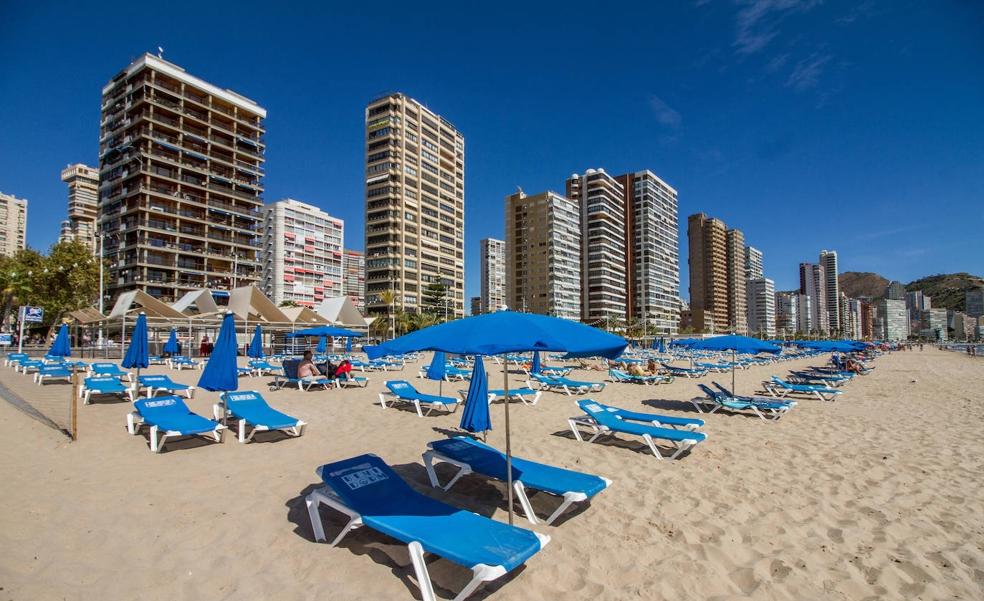 Las playas de Benidorm reducen las hamacas a un máximo de 3.500 al día, la mitad de lo habitual