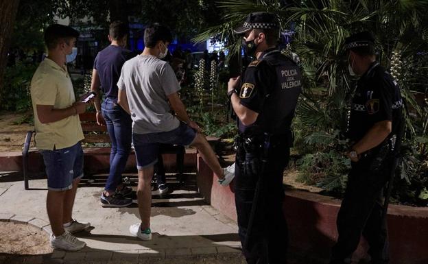 La policía está limpiando una botella de juventud en Valencia./iván arlandis