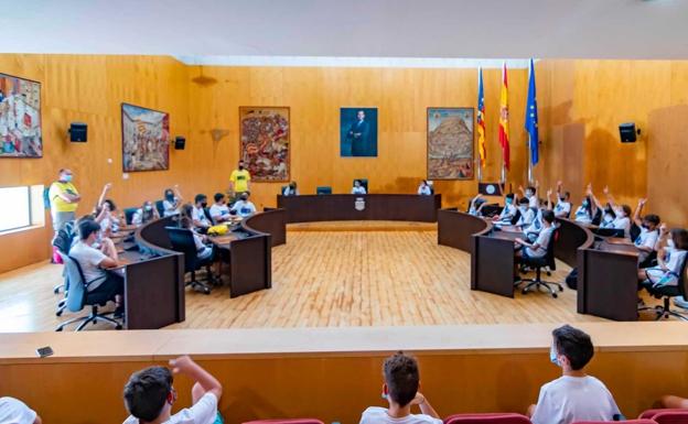 Los niños durante su visita al Ayuntamiento de Benidorm./ LP