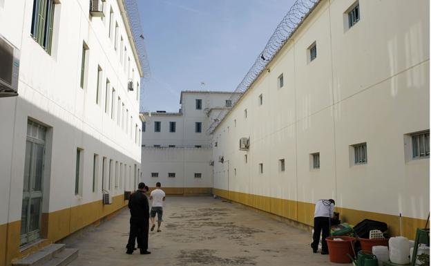 Reclusos, en uno de los patios de la Prisión Picassent // Lp