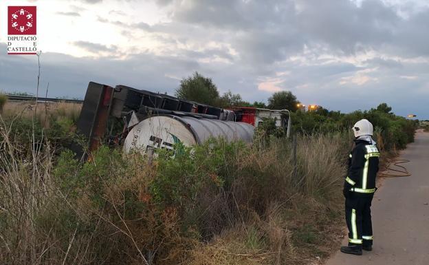 El camión cisterna volcado. /SIAB CASTELLÓN