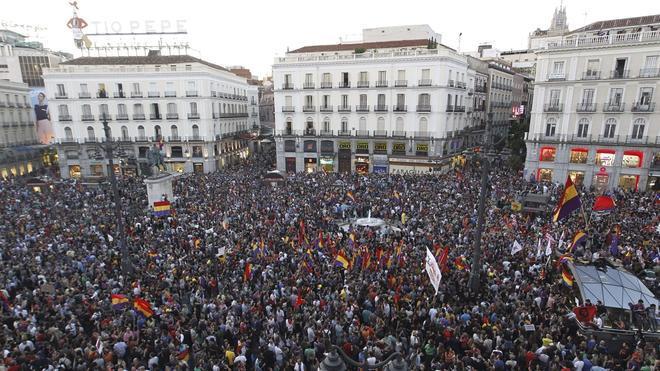Miles de personas reclaman la III República al grito de «Referéndum, referéndum»
