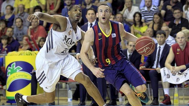 El Barça apabulla al Madrid y se acerca al título