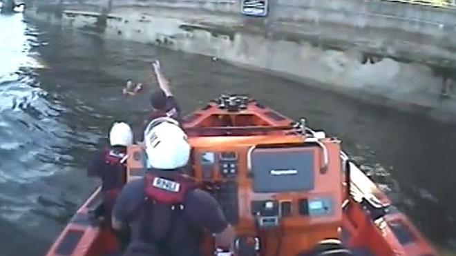 Un corredor se lanza al Támesis para rescatar a un hombre