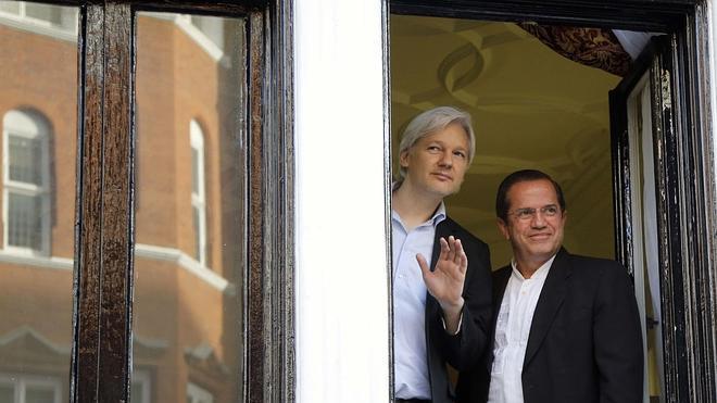 Assange reaparece en EE UU como un holograma