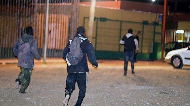 Tres inmigrantes consiguen sortear la valla de Melilla