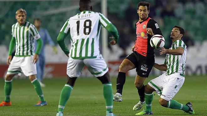 El Almería pierde su ventaja en un partido loco