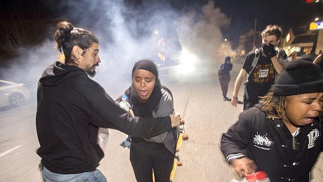 La Policía emplea gases lacrimógenos contra manifestantes en una nueva noche de protestas en California