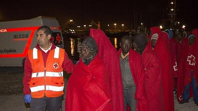 Llegan a Motril en buen estado 45 inmigrantes rescatados, entre ellos 4 niños