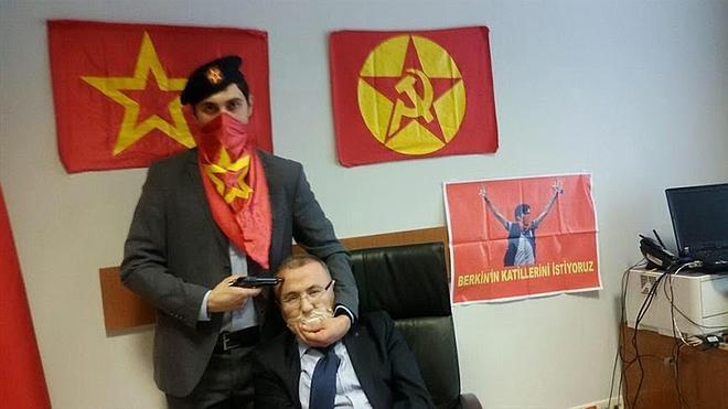 Turquía bloquea las redes sociales para impedir imágenes del fiscal asesinado