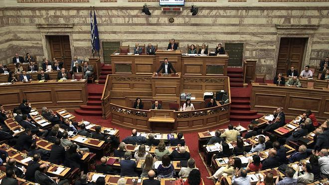 El Parlamento griego aprueba la convocatoria de un referéndum sobre el rescate