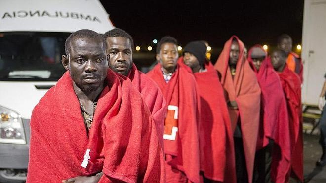 Rescatadas 30 personas de una patera a 15 millas de la isla de Alborán
