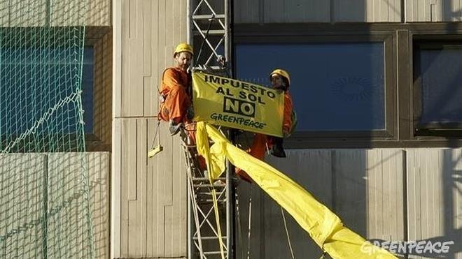 Detenidos cuatro activistas de Greenpeace por escalar un edificio como protesta contra el 'impuesto al sol'