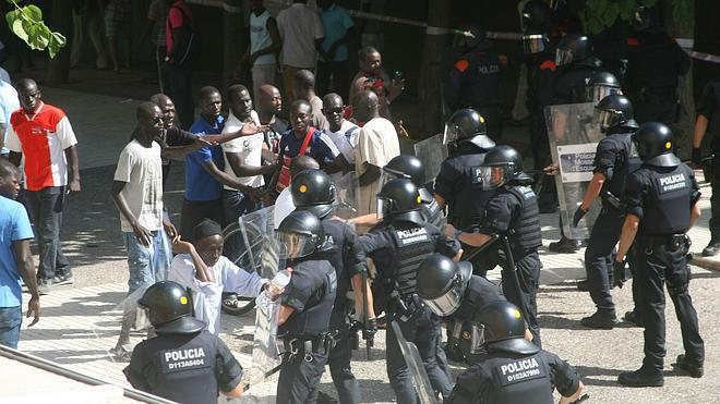 El sindicato de los Mossos alerta del «aumento de «agresividad» de los manteros