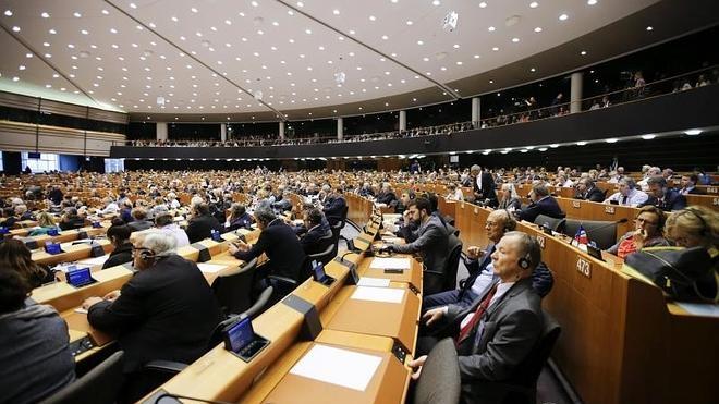 Bruselas aprueba el reparto de 120.000 refugiados y convoca una cumbre extraordinaria