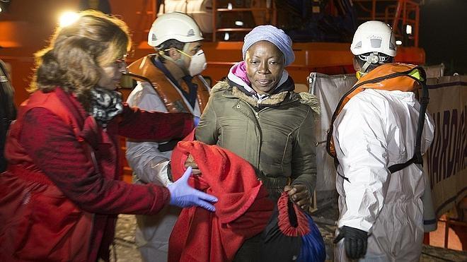 Rescatan una patera en Motril con 25 inmigrantes, entre ellos una mujer embarazada