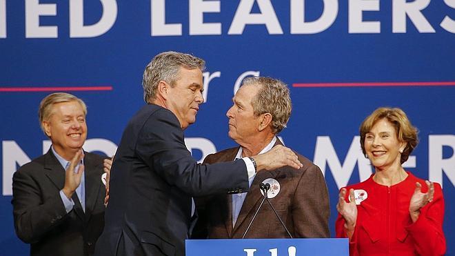 El expresidente George Bush acude en ayuda de su hermano Jeb