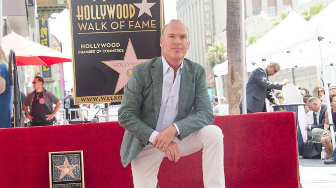 Hollywood rinde homenaje a Michael Keaton con una estrella en el 'Paseo de la Fama'