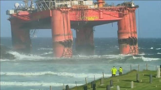 Una tormenta arrastra una plataforma petrolera de 17.000 toneladas